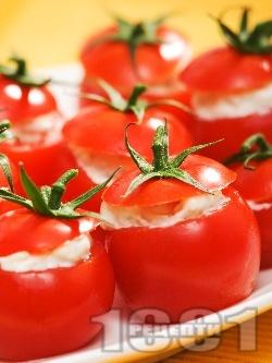 Парти хапки от пълнени чери домати със синьо сирене, майонеза и крутони - снимка на рецептата